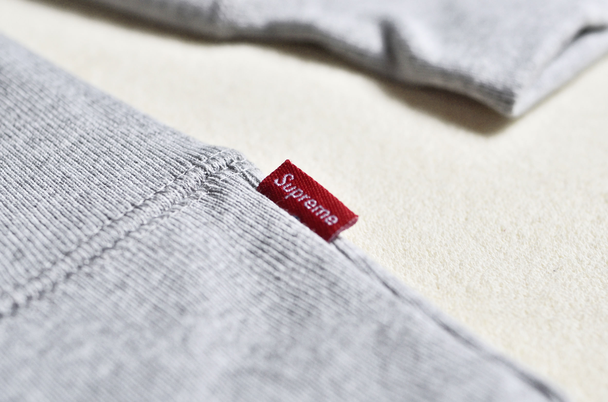Supreme − Box Logo Crewneck LIFEWARES Inc.